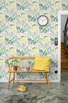 Expressive, colourful and large-patterned wallpaper on a botanical theme.  #trestintas #trestintasbarcelona #wallpaper #wallcovering #interiordesign #sandbergwallpaper #signatur