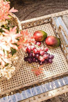Dit vrolijke dienblad van Rivièra Maison mag niet ontbreken op tafel. Het Bali dienblad is gemaakt van karakteristiek rotan en roept de sfeer op van tropische dagen ergens in een ver oord. Handig om al je snacks en hapjes mee naar buiten te dragen. #rotandienblad #rotantrend #tuintrends #orientalpastel #orientalpasteltuin #orientalpasteltrend #rivièramaison #rivièramaisondienblad Fatal Frame, Tray, Fruit, Snacks, Bali, Food, Decor, Exotic, Appetizers