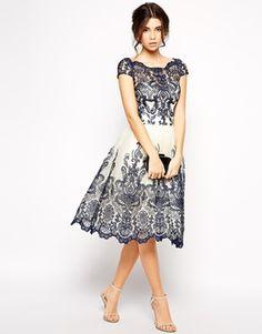 Ingrandisci Chi Chi London - Prom dress in pizzo ricamato di prima qualità con scollo Bardot