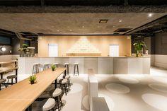 東京浅草にあるデザインホステル Bunka Hostel Tokyo ブンカホステル トーキョーは、海外観光客も多い伝統のまち浅草公園六区に位置するデザインホテルです。1階は日本酒がメインのダイニング&バー、日本ならではの季節感や栄養バランスをベースにしたおつまみやお食事をお楽しみいただけます。