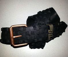 Cinturón hecho con cubierta reciclada de mountain bike