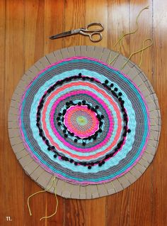 Woven Circle Mat DIY An other example of circular weaving with a cardboard / Un autre exemple de tissage circulaire sur carton The post Woven Circle Mat DIY appeared first on Teppich ideen. Weaving Projects, Craft Projects, Diy Tapis, Circular Weaving, Circle Rug, Diy Carpet, Loom Weaving, Weaving Techniques, Woven Rug