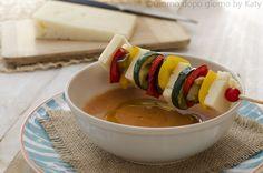 Un'idea deliziosamente per rinfrescare i nostri pasti estivi. Spiedini di verdure grigliate e Asiago DOP accompagnate da gazpacho
