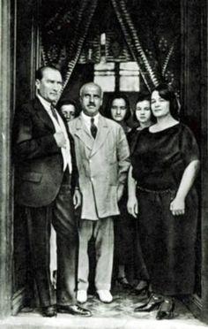 Atatürk'ün doktorlarından olup, hastalık sürecinde yaşananlarla ilgili olarak anılarını (notlarını) yazan birkaç doktordan birisi olan Dr. Akil Muhtar Özden'in 8.XI.1938 tarihli günlük notlarına göre 7 Kasım saat 18.00'den sonraki gelişmeler şu şekildedir: