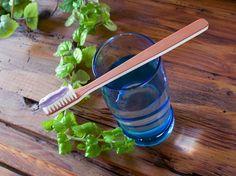 La pasta de dientes comercial contiene sustancias que son perjudiciales para nuestro organismo a largo plazo. Aprende con esta receta a preparar tu propia pasta de dientes casera.