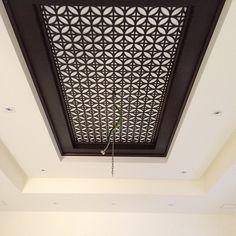 No photo description available. Wooden Ceiling Design, House Ceiling Design, Ceiling Design Living Room, Bedroom False Ceiling Design, Wooden Door Design, Wooden Ceilings, Wall Design, Kitchen Ceiling Lights, Ceiling Decor