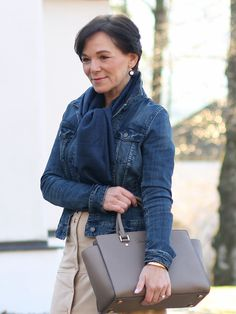 Easy-Chic mit Wildlederrock und klassischer Jeansjacke für jede Jahreszeit #matureblogger #50plusblogger