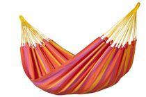 SONRISA DUBBEL-HÄNGMATTA  Detta är en riktigt skön och färgglad väderbeständig hängmatta som dessutom har en stor liggyta så att 2 vuxna och/eller flera barn kan ligga bekvämt i den. Den har hållbara, permanent starka färger, som är inspirerade av färska mandariner och lime.