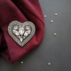 Это сердце свободно❤ 5х5 см, кристаллы сваровски, хрустальная стразовая цепь, японский бисер, изнанка замша. 1800 руб. ❌ Продана, повтор под заказ #брошьсердце #мастеркласс #heart #broochheart #мкброшь #украшениеручнойработы #swarovski #fashionjewelry #crystals #брошьгубы #обучение #мкновосибирск #брошьвналичии #брошьручнойработы #купитьброшь #деньвалентина #подаркиручнойработы