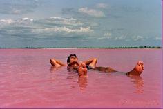 Situato a nord della penisola di Cap Vert in Senegal, a nord est di Dakar, Lago Retba, o come i francesi si riferiscono ad esso Lac Rose, è più rosa di qualsiasi frullato tu abbia mai trovano faccia a paglia con.  Gli esperti dicono che il lago emana il suo colore rosa a causa di cianobatteri, un innocuo batterio alofili presenti nell'acqua.  Dovete sapere che Lake Retba ha un alto contenuto di sale, , permettendo alle persone di galleggiare senza sforzo in acqua massiccia rosa.