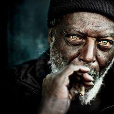 Photographier un portrait ne signifie pas juste immortaliser un visage mais bien transmettre toutes les émotions qui s'en dégagent... C'est pourquoi DGS partage avec vous les oeuvres les plus célèbres de ces 10 esthètes de la photographie. Absolument épou...