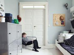 Лаконичная детская для мальчика в скандинавском стиле. Выдержана в голубовато-сером цвете «Секрет» от Tikkurila.  #oboykin #Tikkurila