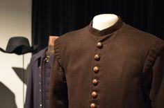 Sara Waclinin jäljillä -näyttelyssä on esillä Waclinin aikakauden miesten pukeutumista. Luuppi, Oulu (Finland)