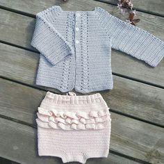 Crocheted cardigan and bloomers, baby girl, grey and pink. Hübsch Hækling Lille lerke dalegarn opskrift: http://huebsch-haekling.blogspot.dk/p/bestil-hkleopskrifter_28.html