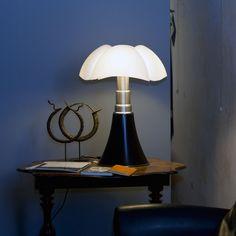 Lampe à poser Pipistrello LED, noir, réalisée par Gae Aulenti pour Martinelli Luce. #lampeaposer #pipistrello #led #noir #gae #aulenti #martinelli #luce #table #lamp #design