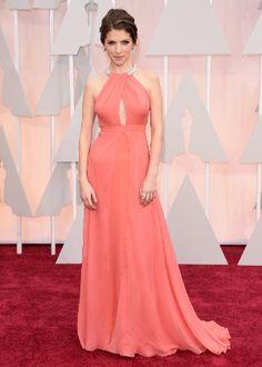 Tendência do momento, os tons-pastel são uma boa escolha para vestidos de madrinha de casamento. Esse coral usado pela atriz americana Anna Kendrick é delicado e elegante.