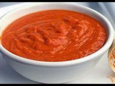 Подлива универсальная. Нужно почистить лук, морковь, лук мелко нарезаем кубиком, морковь натираем на мелкой терке. Теперь обжариваем лук на сковороде с маслом, не сильно, после чего всыпаем морковь и обжариваем, добавляем муку, обжариваем, потом закладываем томат и опять обжариваем. После всей этой процедуры заливаем воду, хорошо помешивая, солим и добавляем специи. Далее варим минут 5 и все готово.