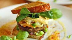 Burger vom Auerochsen mit Kürbis, Bohnenpaste, Gewürzmayonnaise und Feldsalat © NDR Fotograf: Tarik Rose