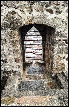El castillo de Olivenza está amurallado, con muros muy gruesos y altos de mampostería, y grandes torres de paredes ciegas.  The castle of Olivenza is a walled castle, with walls very thick and high of masonry, and great towers of blind walls.