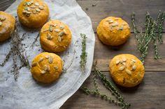 Тыквенные сконы   Сконы — это небольшие булочки, их нельзя назвать пышными или воздушными. Скорее они плотные, но очень вкусные. Здорово сочетаются с разными густыми соусами или начинками.