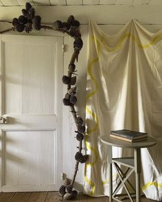 Fashion a rustic-chic door surround from fallen pine branches—with pine cones tied on. Atelier Vime explains how to do it. Pine Branch, Pine Tree, Branches, Pine Cone Decorations, Create And Craft, Diy Door, Texture Design, Rustic Chic, Pine Cones