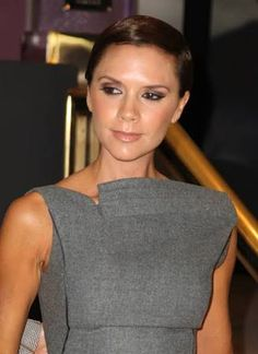 Victoria Beckham Cat Eyes - Victoria Beckham wore dramatic cat eyes for her fragrance launch in NYC. Victoria Beckham Outfits, Victoria Beckham Makeup, Corporate Style, Fabulous Dresses, Makeup Inspiration, Makeup Ideas, Beauty Hacks, Beauty Tips, My Hair