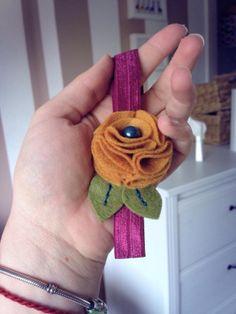 IMG_6656 Felt Flowers, Crochet Flowers, Diy Finger Knitting, Bow Garland, Felt Hair Accessories, Roving Yarn, Felt Kids, Crochet Wreath, Diy Clutch
