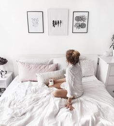 scandinavian bedroom decoration / blach & white monochrome