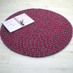 Wieso sollten Sie nicht Ihr eigenes Kunstwerk kreieren? Unsere begabten Kunsthandwerker fertigen Ihnen einen maßgeschneiderten Teppich nach Ihren Vorstellungen an. http://www.sukhi.de/spezialangefertigt-rund-filzkugelteppiche.html
