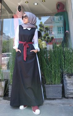 How to Carry Hijab with Stylish Abaya for Muslim Ladies – Girls Hijab Style & Hijab Fashion Ideas Modern Hijab Fashion, Islamic Fashion, Abaya Fashion, Muslim Fashion, Modest Fashion, Fashion Dresses, Hijab Casual, Hijab Chic, Modest Dresses