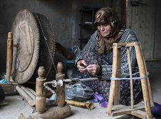 Konya'nın Hadim ilçesinde yaşayan 69 yaşındaki Müjgan Akdemir, yüzyıllardır bölgenin en önemli geçim kaynağı kumaş dokumacılığını atalarından kalma 120 yıllık tezgahta devam ettiriyor. Akdemir, dut ağacından yapılmış tezgahında birbirinden farklı ürünler ortaya çıkarıyor. (Anadolu Ajansı) We Are The World, People Of The World, Iran Pictures, Turkey Art, Weaving Tools, Textile Fiber Art, Belleza Natural, Color Photography, Face Art