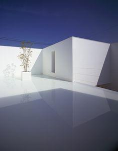 White Cave House in Kanazawa, Japan, designed by Takuro Yamamoto Architects shows Japanese minimalism. Architecture Du Japon, Houses Architecture, Minimal Architecture, Amazing Architecture, Contemporary Architecture, Interior Architecture, Cave House, Photo D'architecture, Exterior Design