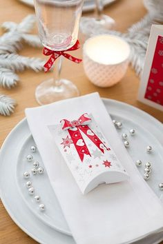 Déco table de Nöel pas cher : nos idées bluffantes pour un joli Noël - CôtéMaison.fr  Boîtes en carton blanc à plier, 2.49 euros les 12. Feuilles imprimées, Décopatch, 2.99 les 3. Cultura. En savoir plus sur http://www.cotemaison.fr/salle-a-manger-salon/deco-table-de-noeel-pas-cher-nos-idees-bluffantes-pour-un-joli-noel_16669.html#yfRijubCAxAKuF2j.99