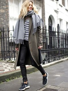 Ample manteau kaki + slim en cuir + pull marinière + runnings = le bon mix (blog Fashion Me Now)