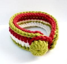 Tutorial for crocheting a bracelet in Cream, Maroon and Olive Green