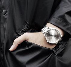 Der präzise Schnitt und die qualitativ hochwertigen Materialien verleihen der Uhr ihren raffinierten und zu gleicher Zeit robusten und industriellen Charakter. Hier entdecken und shoppen: http://sturbock.me/MVy