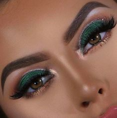 Stunning Christmas Green Eyeshadow Makeup Ideas You Must Know; Makeup Looks; 21 Stunning Makeup Looks for Green Eyes. Green Eyeshadow Look, Makeup For Green Eyes, Eyeshadow Looks, Burgundy Eyeshadow, Bronze Eyeshadow, Eyeshadow Tips, Eyeshadow Makeup, Eyeshadow Techniques, Everyday Eyeshadow
