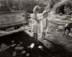 Sally Mann es una de esas Rara Avis que sigue buceando en el mundo de la fotografía analógica. Fotógrafa norteamericana residente en Virginia, ha recibido numerosos premios y publicado una docena de libros. Su obra oscila entre el costumbrismo americano a través de la infancia, el paisajísmo en su vertiente mas oscura y la experimentación …