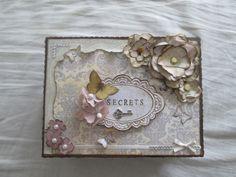 Caja de madera, decorada totalmente a mano.