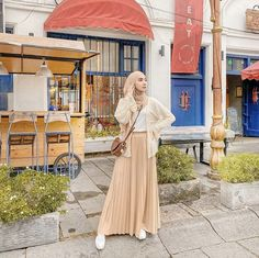 Life is not just happy yourself, but share your happiness to those around us because it will increase happiness when shared 🍃 . Modern Hijab Fashion, Street Hijab Fashion, Hijab Fashion Inspiration, Fashion Outfits, Model Baju Hijab, Moslem Fashion, Cute Skirt Outfits, Hijab Fashionista, Outfit Look