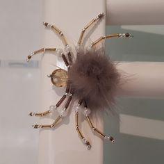 Araignée magnétique en perles et pompon