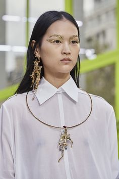 Nov 2019 - The complete Valentino Spring 2020 Ready-to-Wear fashion show now on Vogue Runway. Valentino Shirt, Valentino Women, Bridal Fashion Week, Spring Fashion Trends, Fashion Art, Fashion Show, Fashion Jewelry, Fashion Music, Fashion Earrings