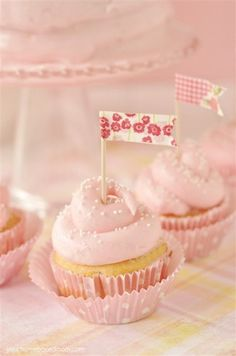 A light, fluffy, sweet and pink lemonade cupcakes recipe with an amazing lemonade frosting Limonade Rose, Cake Roses, Cupcake Recipes, Dessert Recipes, Pink Lemonade Cupcakes, Lemonade Bar, Pink Cupcakes, Tapas, Yummy Treats