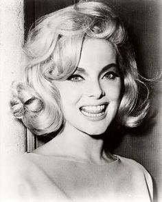 The extraordinarily beautiful Virna Lisi, big hair and false eyelash aficionado. Italian Women, Italian Beauty, Hollywood Glamour, Old Hollywood, Divas, 1960s Hair, Actrices Hollywood, Italian Actress, Brigitte Bardot