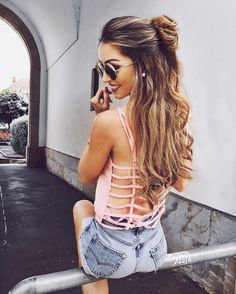 This half up bun is summer ready!! Obsessed with these fresh and feminine look that is sure to have others swooning