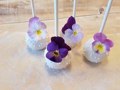 Cake Pops mit essbaren Blüten.  Cake Pop Workshop mit Silvia Fischer | www.silviafischer.com/workshops | Linz, Austria