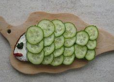 Gurken Fisch eine schöne große Bauernbrotscheibe zum Fisch zurecht gebastelt - und dann mit Gurken- oder Radieschen-Schuppen belegt.