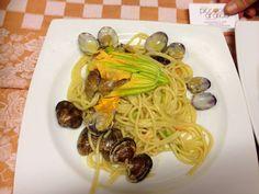 Spaghetti, vongole veraci e fiori di zucca ... #Restaurant Piccolo Arancio #Roma
