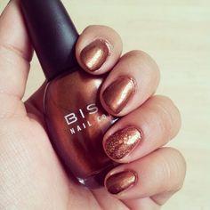 Los colores metálicos como el bronce, vienen en la temporada Otoño-Invierno 2012... Uñas vía @greisi