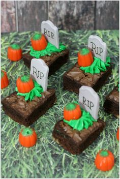 Don't forget to include some yummy Halloween desserts at your next party. Here are some of the best recipes for Halloween desserts. Postres Halloween, Recetas Halloween, Soirée Halloween, Halloween Baking, Halloween Goodies, Halloween Birthday, Scary Halloween Treats, Quick Halloween Crafts, Terrifying Halloween